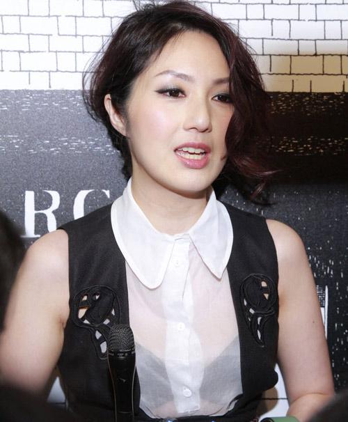 Châu Tú Na khoe áo ngực độc đáo - 16