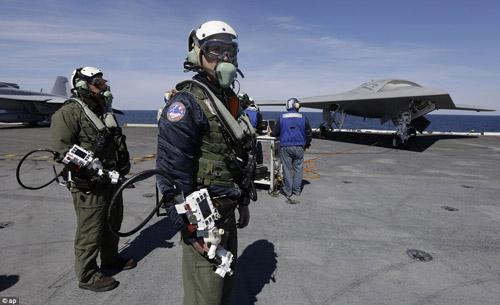 UAV Mỹ cất cánh thành công từ tàu sân bay - 1