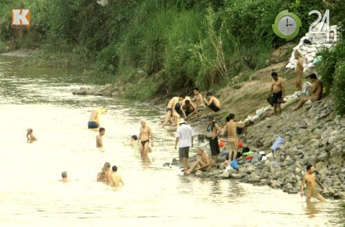 """Nắng nóng, đua nhau """"tắm tiên"""" ở HN - 5"""