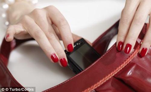 Túi xách phụ nữ bẩn hơn... toilet - 1