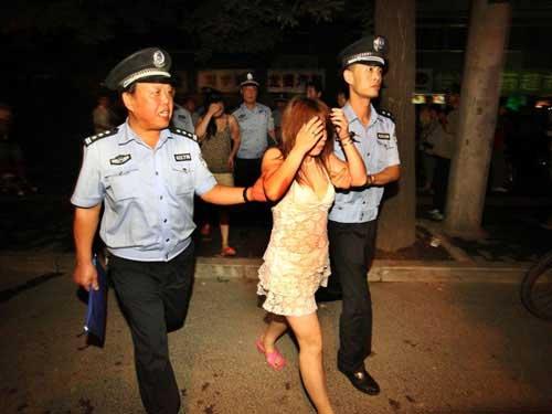 """Công an Trung Quốc """"hành hạ"""" gái mại dâm - 1"""