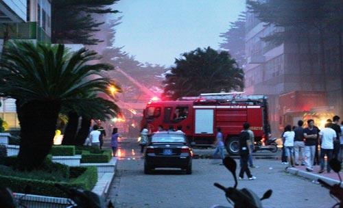 Cháy lớn, 250 cảnh sát PCCC đến dập lửa - 3