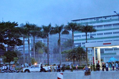 Cháy lớn, 250 cảnh sát PCCC đến dập lửa - 1