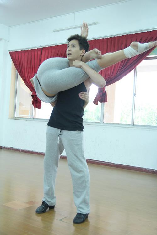 Ngô Kiến Huy ân cần chăm lo bạn nhảy - 8