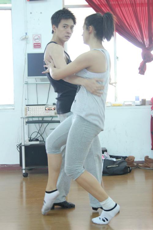 Ngô Kiến Huy ân cần chăm lo bạn nhảy - 10