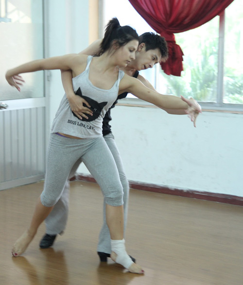 Ngô Kiến Huy ân cần chăm lo bạn nhảy - 4