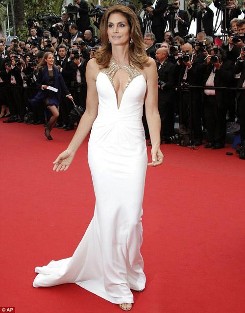 Cindy Crawford hút mắt ở thảm đỏ Cannes - 1
