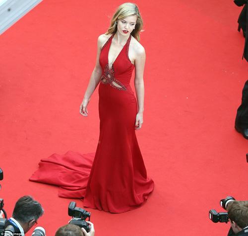 Cindy Crawford hút mắt ở thảm đỏ Cannes - 7