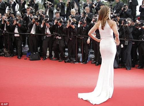 Cindy Crawford hút mắt ở thảm đỏ Cannes - 4
