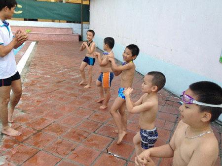 Nắng nóng, dạy bơi vào mùa làm ăn - 1