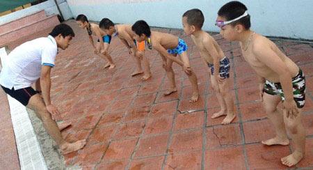 Nắng nóng, dạy bơi vào mùa làm ăn - 2