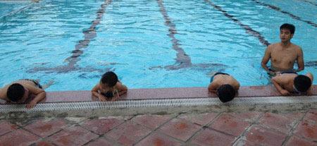 Nắng nóng, dạy bơi vào mùa làm ăn - 5