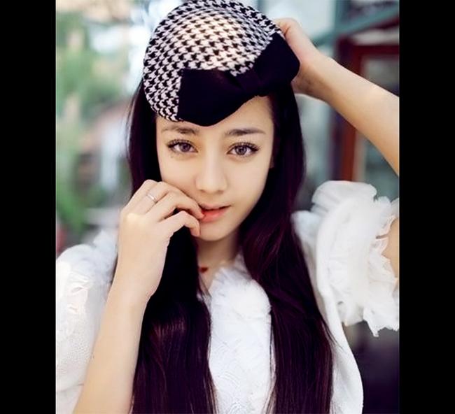 Diễn viên, ca sĩ người dân tộc thiểu số Địch Lệ Nhiệt Ba, với khuôn mặt  đẹp như búp bê. Cô từng đoạt giải trong một cuộc thi âm nhạc và đang  phát triển sự nghiệp với vai trò diễn viên.