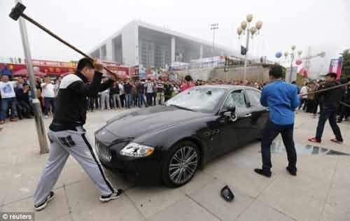 """""""Đại gia"""" Trung Quốc thuê người đập siêu xe - 1"""