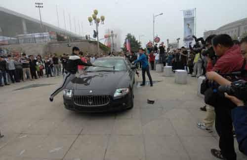 """""""Đại gia"""" Trung Quốc thuê người đập siêu xe - 2"""