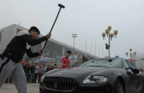 """""""Đại gia"""" Trung Quốc thuê người đập siêu xe - 3"""