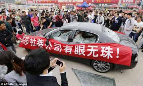 """""""Đại gia"""" Trung Quốc thuê người đập siêu xe - 4"""