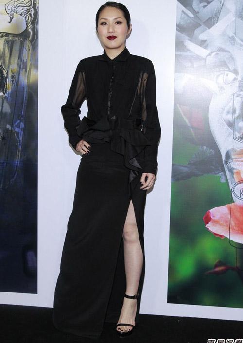 Người mẫu bị rơi váy khi diễn quảng cáo - 20