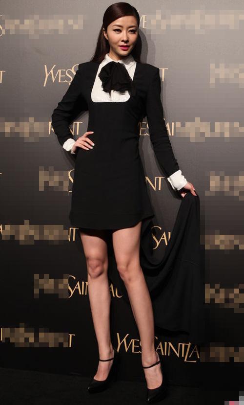 Người mẫu bị rơi váy khi diễn quảng cáo - 15