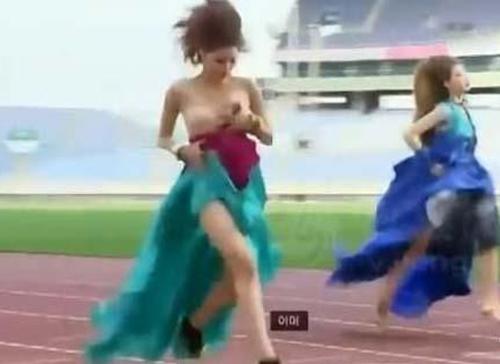Người mẫu bị rơi váy khi diễn quảng cáo - 2