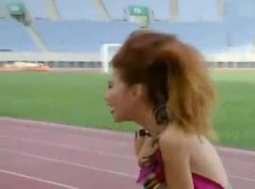 Người mẫu bị rơi váy khi diễn quảng cáo - 6