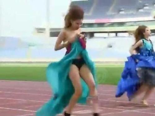 Người mẫu bị rơi váy khi diễn quảng cáo - 4