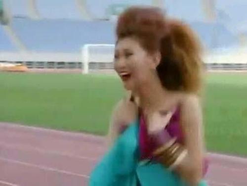 Người mẫu bị rơi váy khi diễn quảng cáo - 5