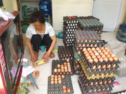 Dịch cúm gia cầm, trứng bẩn vẫn bán tràn lan - 1