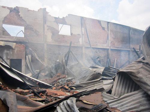 Xưởng gỗ cháy lớn, khu dân cư hoảng loạn - 1