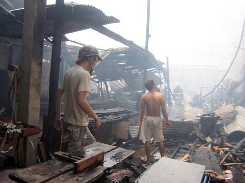Xưởng gỗ cháy lớn, khu dân cư hoảng loạn - 2