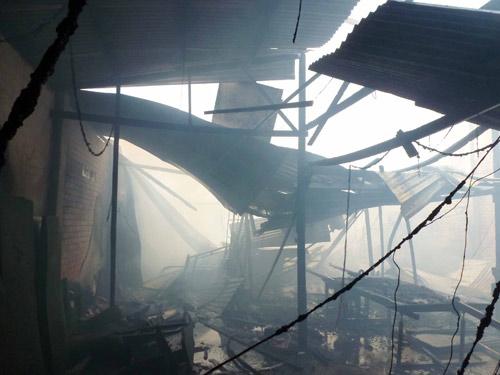 Xưởng gỗ cháy lớn, khu dân cư hoảng loạn - 7
