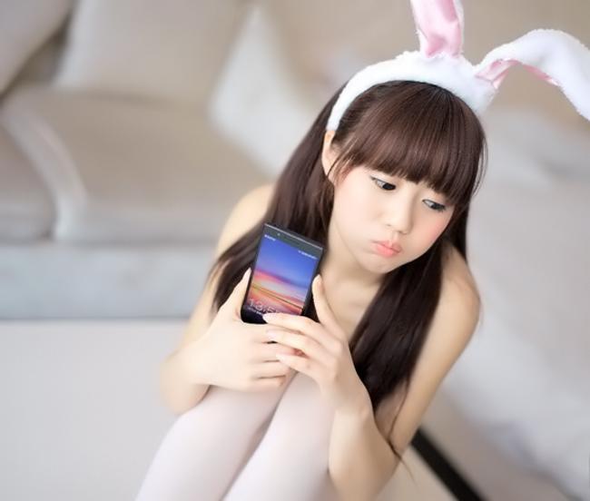 """Màn lột đồ siêu nóng bên smartphone Siêu vòng 1  ' tra tấn '  Xperia Z Khoe thân hình bốc lửa cùng bao da tablet Ngắm gương mặt  """" thiên thần """"  làng công nghệ"""
