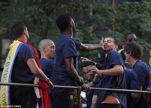 Alex Song tát Pique ngày Barca ăn mừng - 4