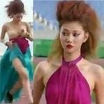 Thời trang - Người mẫu bị rơi váy khi diễn quảng cáo