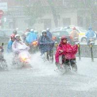 Thủ đô Hà Nội chiều tối có mưa dông