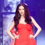 Mẫu Việt sải bước với gam màu đỏ đen trắng
