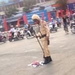 Tin tức trong ngày - CSGT Hà Nội cầm chổi quét rác giữa nắng