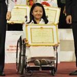 """Giáo dục - du học - Hà Nội tuyên dương cô bé """"xương thủy tinh"""""""