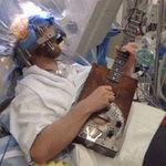 Sức khỏe đời sống - Đang mổ não, bệnh nhân bật dậy chơi guitar