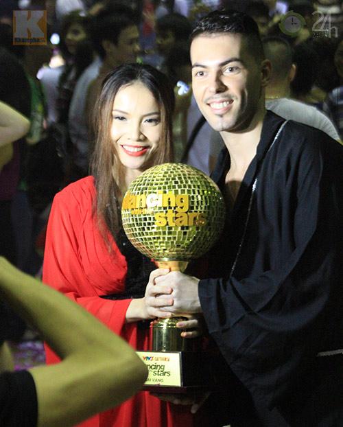 Yến Trang mừng vô địch ở quán bình dân - 1