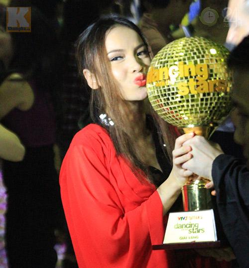 Yến Trang mừng vô địch ở quán bình dân - 2