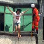 Tin tức trong ngày - TQ: Thót tim cảnh cô gái gieo mình từ tầng 4