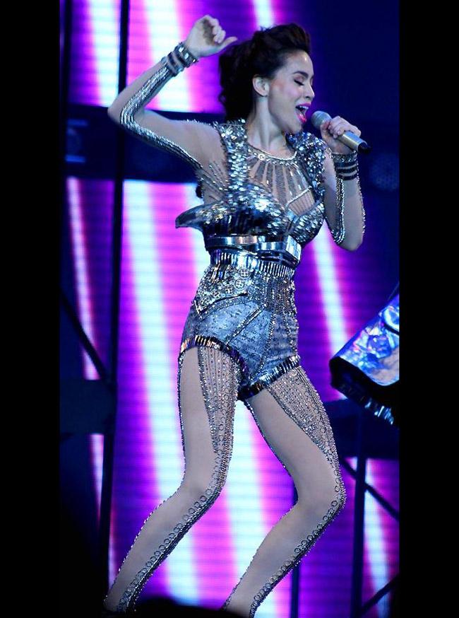 Trong live concert 2011, Hồ Ngọc Hà vì nhảy quá sung nên gặp phải sự cố bung áo ngực.