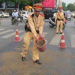 Tin tức trong ngày - CSGT Hà Nội rải cát, dọn đường cho dân đi