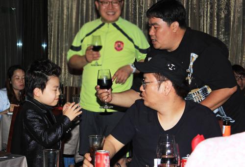 """Psy nhí """"chuốc rượu"""" Hoàng Mập - 13"""