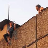 Một giờ căng thẳng giải cứu bệnh nhân đòi tự tử từ tầng 18 BV Bạch Mai - 2
