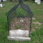 Phi thường - kỳ quặc - Lời đồn kỳ bí quanh 2 ngôi mộ bọc lồng sắt