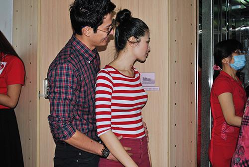 Huy Khánh không rời vợ mới nửa bước - 11
