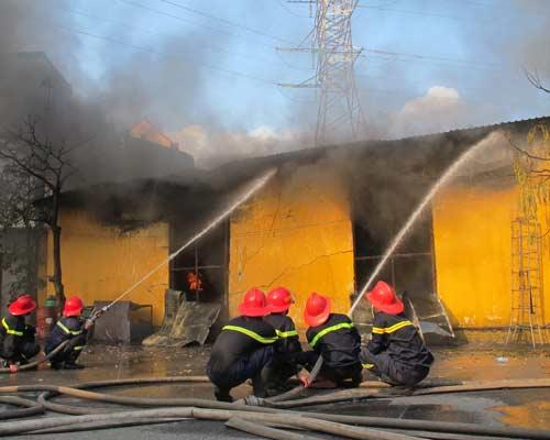Bà hỏa thiêu rụi kho hàng gần 300 m2 - 1