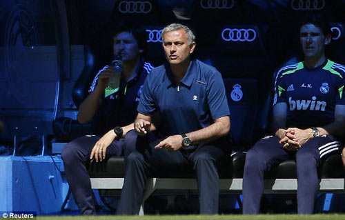 """Mourinho bị """"quây"""" ngay trên sân - 5"""